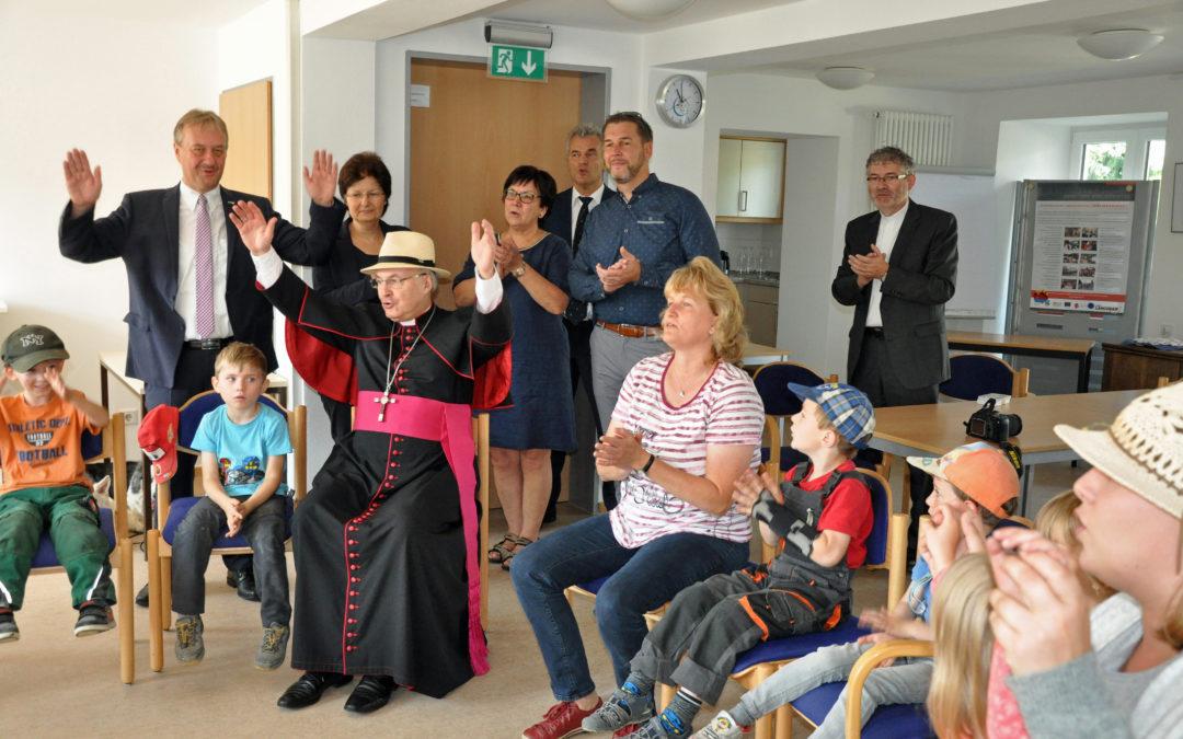 Bischof Rudolf Voderholzer besuchte das Mehrgenerationenhaus und das Seniorenservicehaus