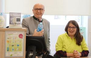 Landrat Martin Neumeyer mit Auszubildender Maike Seibt