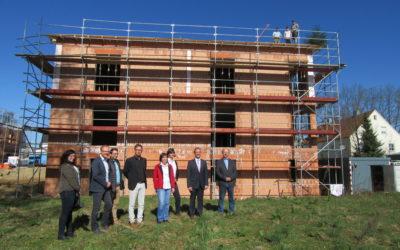 Funktional, verbindend und modern: Richtfest beim neuen Familien- und Bildungszentrum