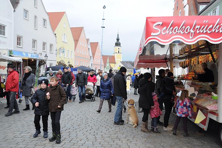 Der Lichtmessmarkt begeisterte Besucher zum Auftakt des neuen Marktjahres – Offene Kirchen, verkaufsoffener Sonntag, Jugenddisco, Kerzengießen für Kinder und vieles mehr waren geboten