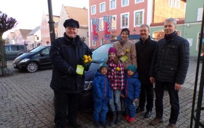 Kommunale Verkehrsüberwachung verteilt am ersten Tag Rosen in Langquaid